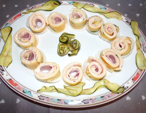 Rotolini di frittata con zucchine e prosciutto cotto.