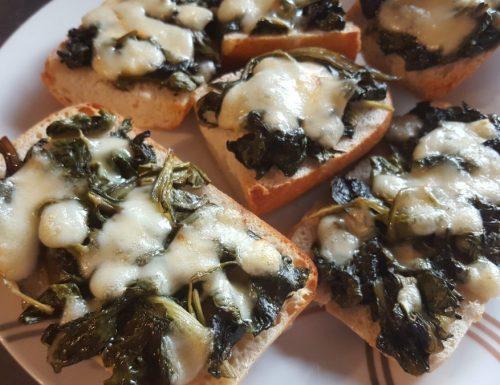 Pane tostato con bietole e mozzarella