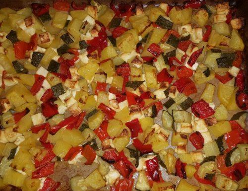 Peperoni zucchine patate e feta al forno