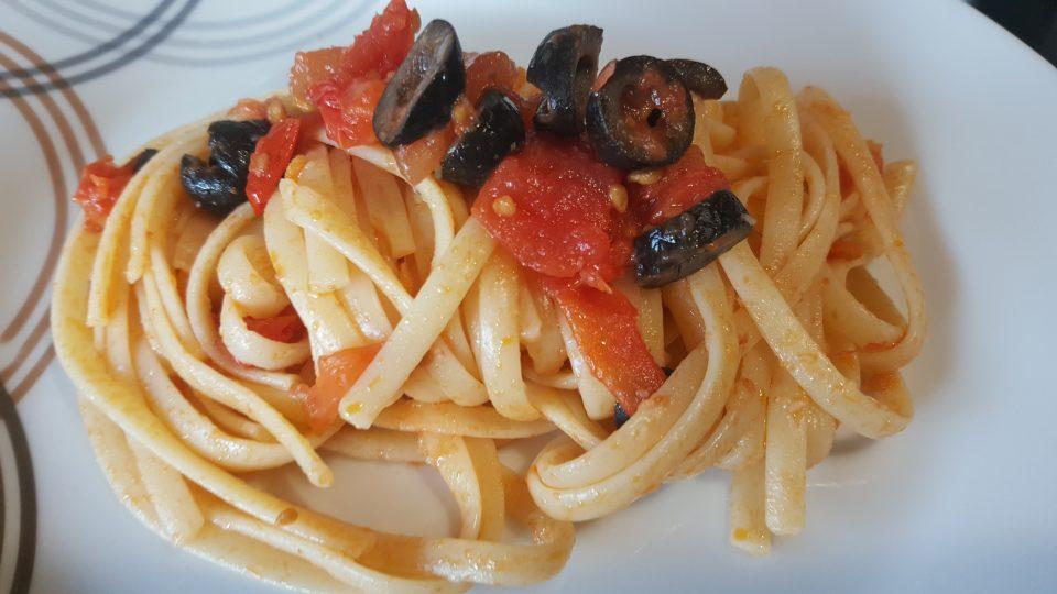 Linguine con olive nere e pomodorini