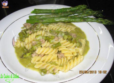 Fusilli con crema di asparagi e salsiccia ricetta primo piatto