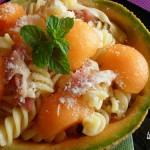 Insalata di pasta nel melone ricetta estiva