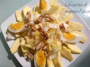Insalata di indivia belga, mele, emmental , uovo sodo e noci