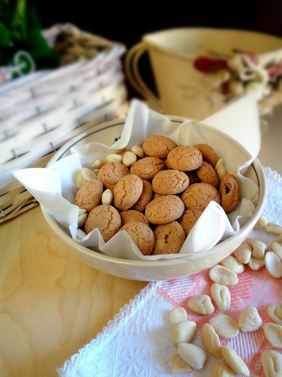 Amaretti croccanti fatti in casa con mandorle dolci e - Faretti in casa ...