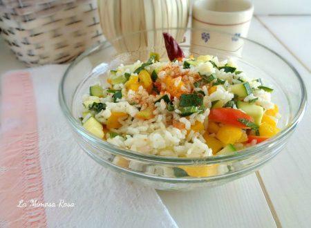 Insalata di riso con verdure e basilico