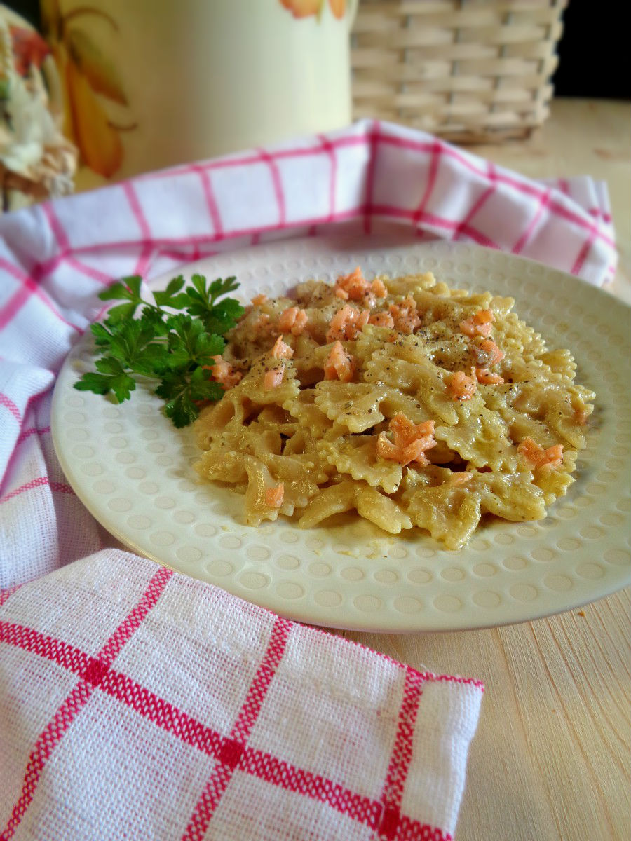 Pasta con crema di carciofi e salmone ricetta