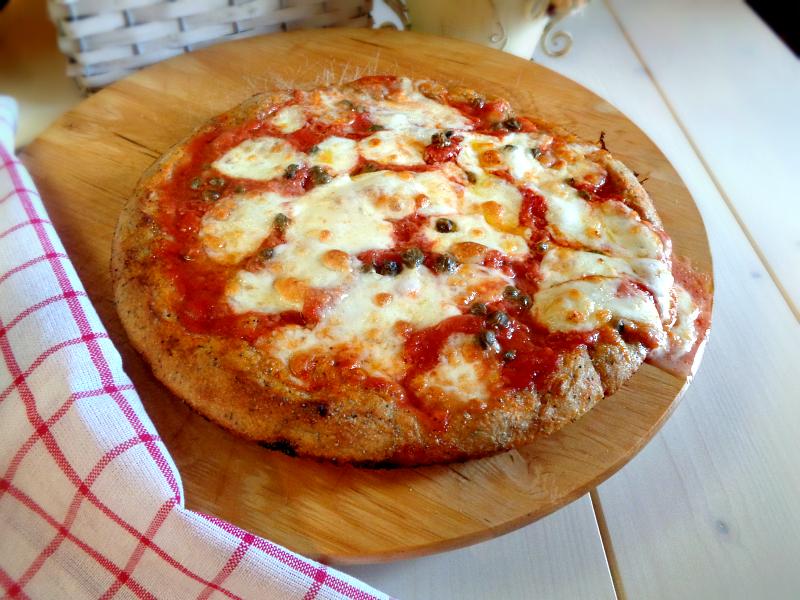 Pizza margherita con semi di papavero