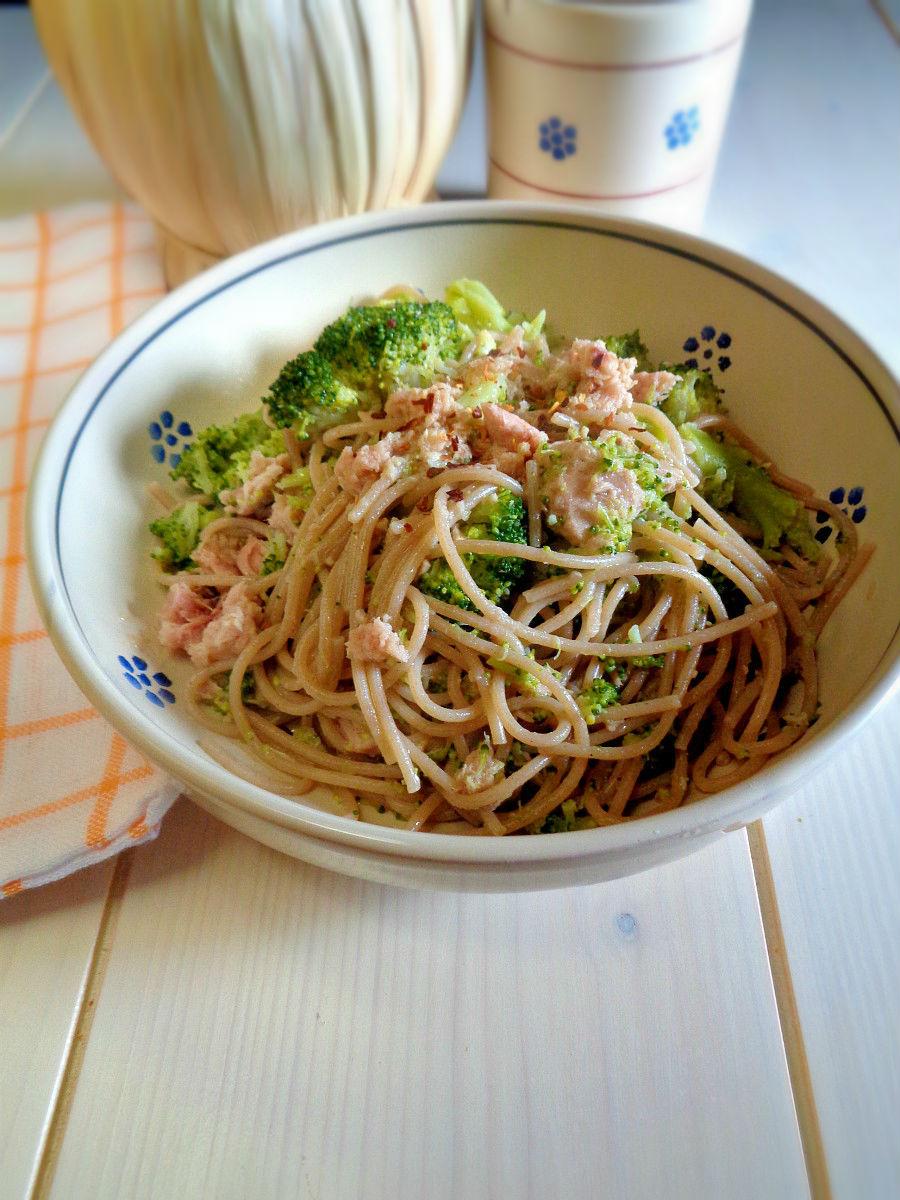 Spaghetti con crema di broccoli e tonno ricetta