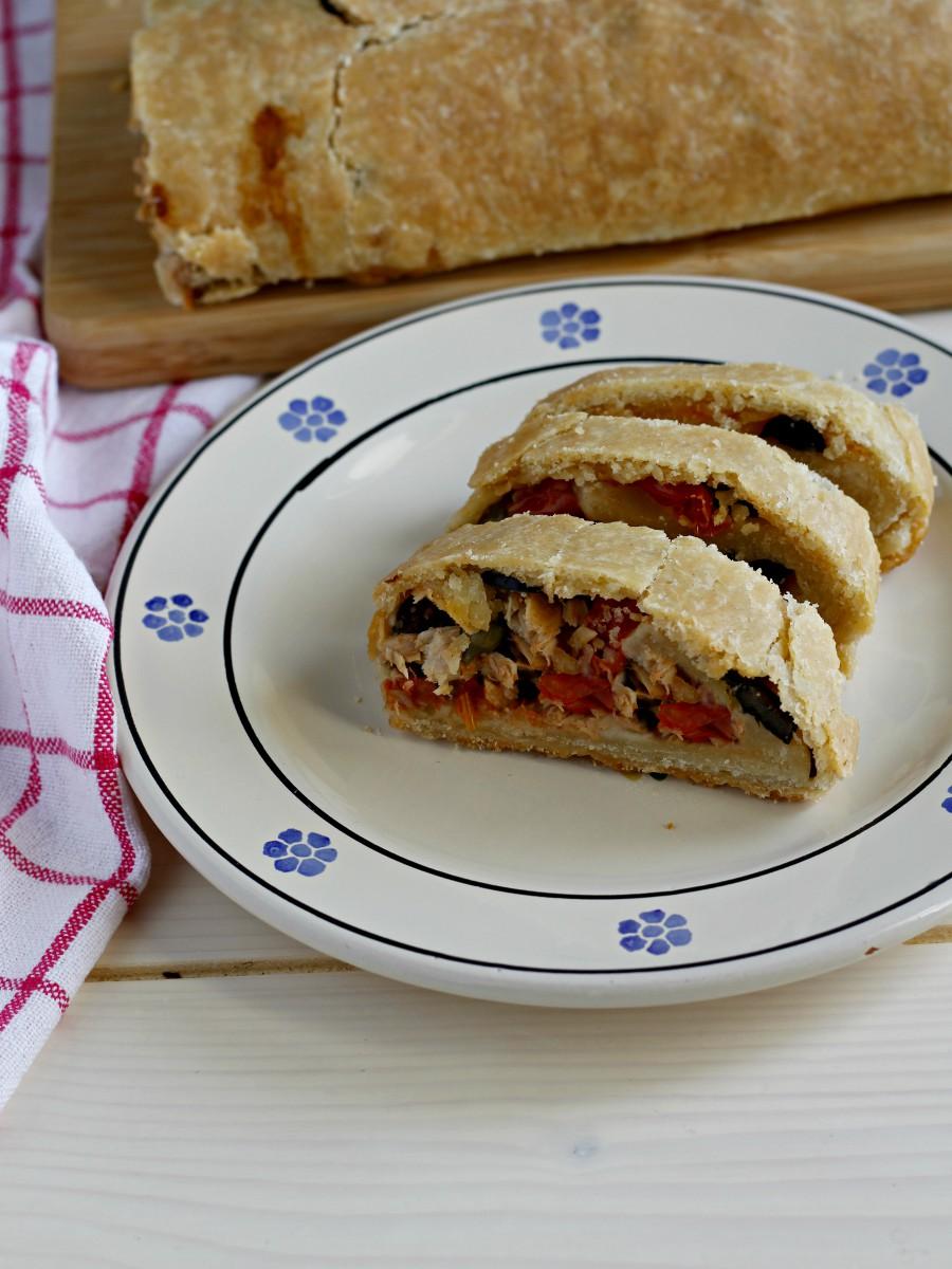 Strudel salato con tonno, pomodorini, capperi e olive ricetta facile