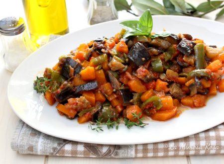 Caponata di verdure miste in padella