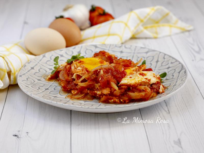 Uova al pomodoro e cipolle