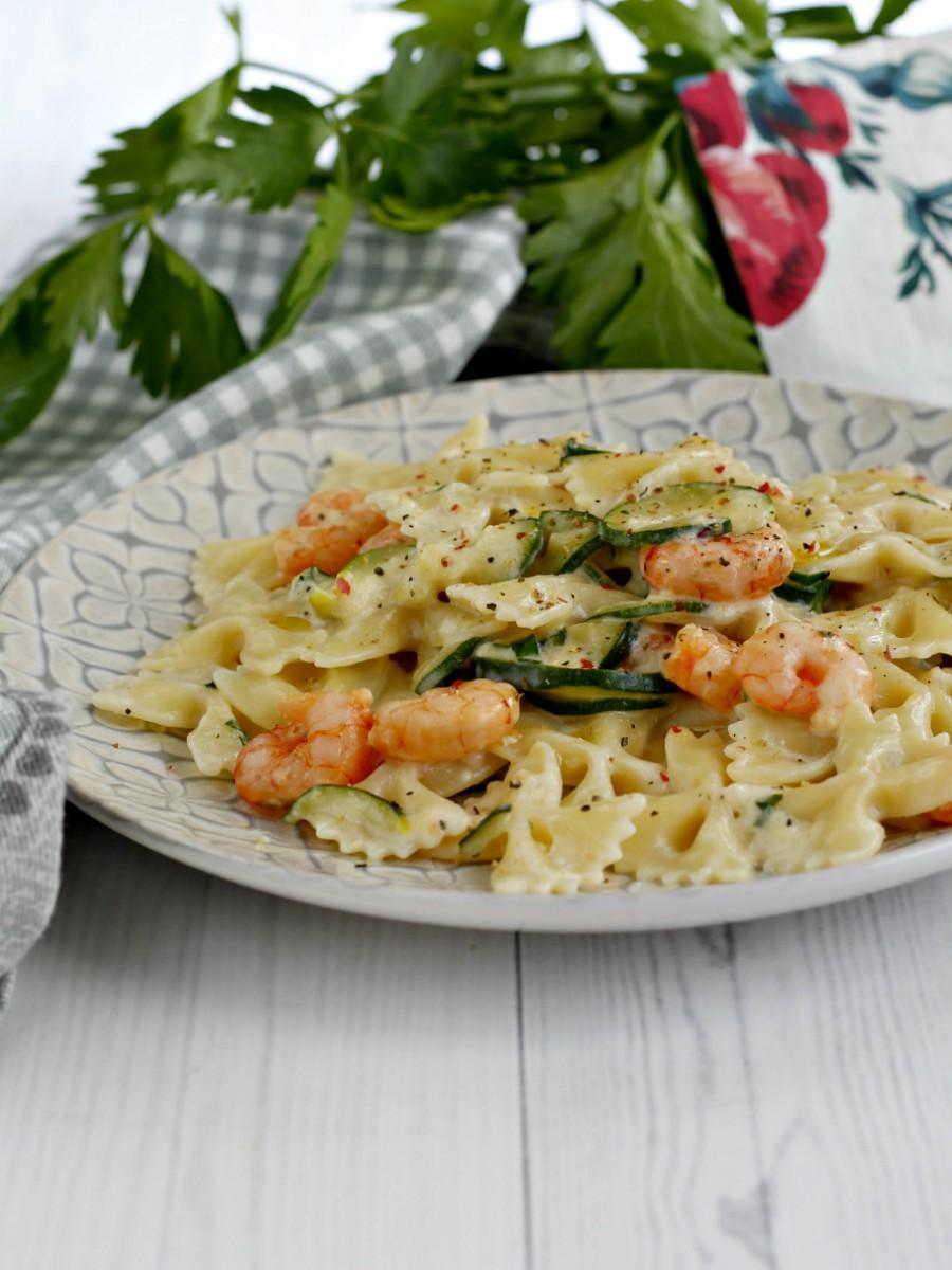 Pasta con zucchine gamberetti e robiola ricetta
