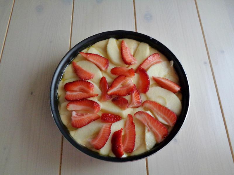 Torta soffice di mele e fragole 2
