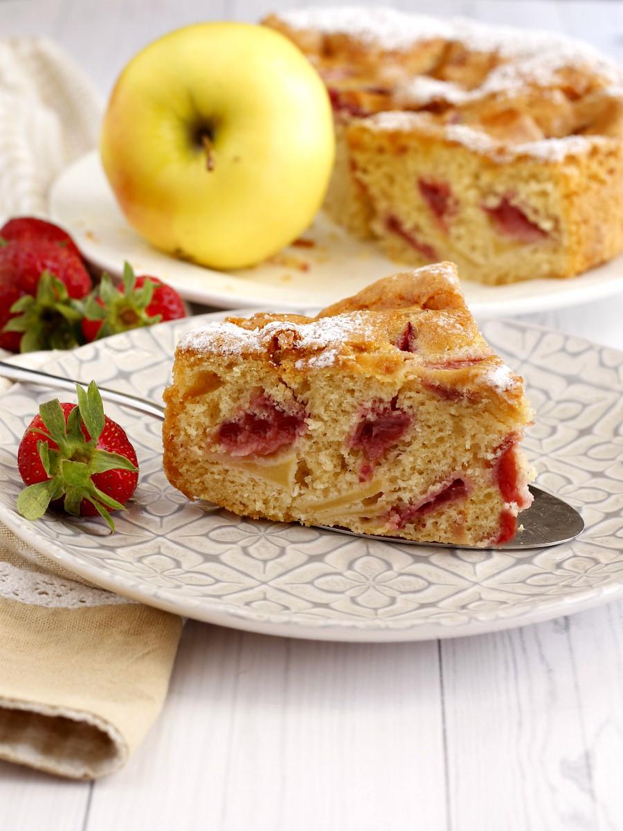 Torta soffice di mele e fragole ricetta 2