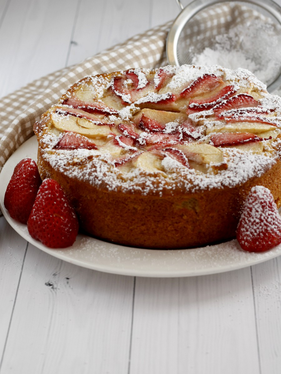 Torta soffice di mele e fragole ricetta