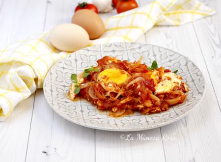 Uova al pomodoro, cipolle e origano