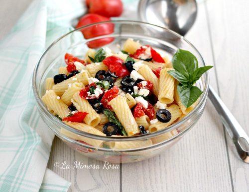 Pasta fredda alla greca, con feta, pomodorini e olive