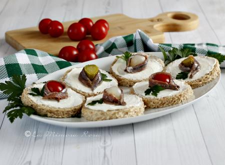 Tartine con alici e formaggio spalmabile