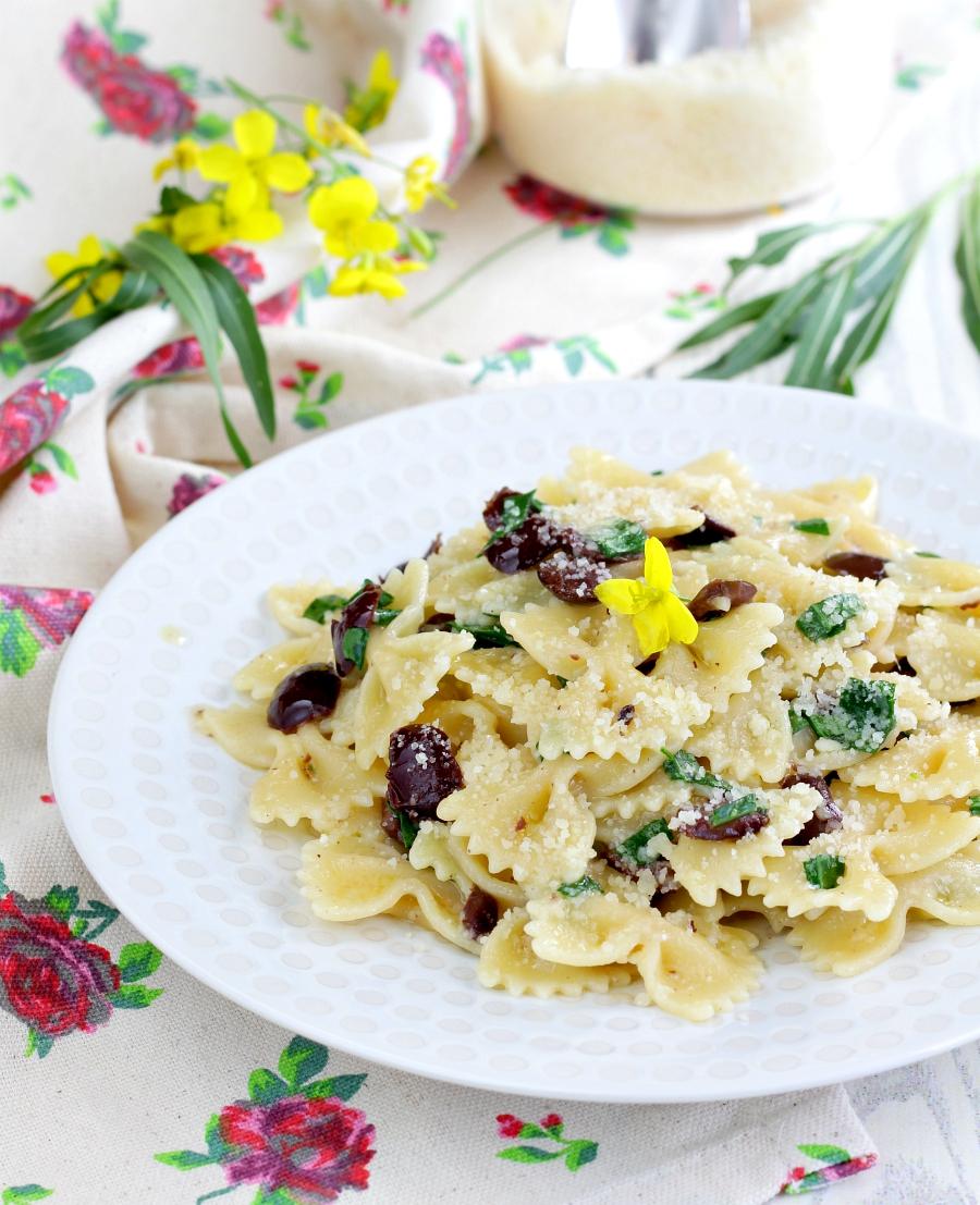 Pasta con rucola e olive ricetta