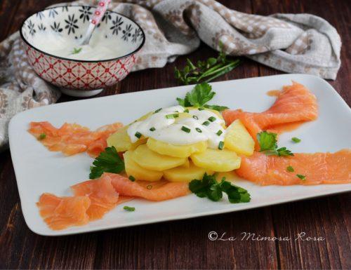 Antipasto di salmone affumicato, patate e panna acida