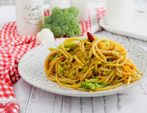 Spaghetti con broccoli e salsa al curry