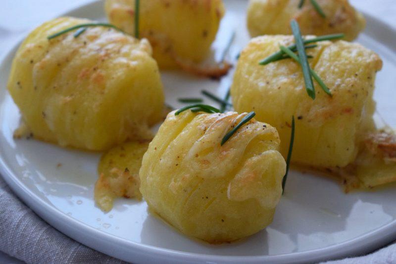 Come fare le patate hasselback farcite al formaggio