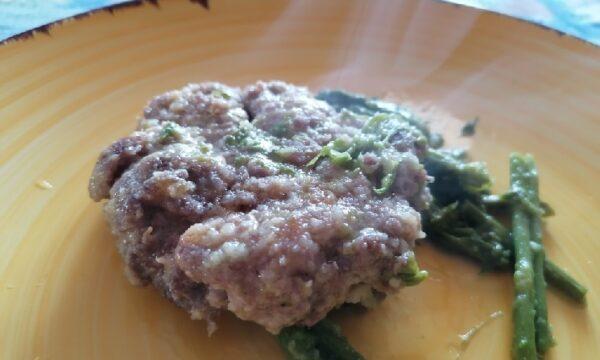 Hamburger di carne con asparagi