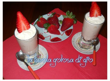 crema chantilly guarnita con fragole