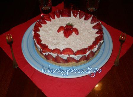 Torta fredda con fragole e panna