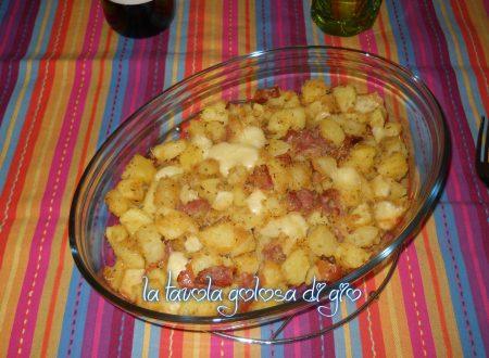 Patatine pasticciate con speck al forno