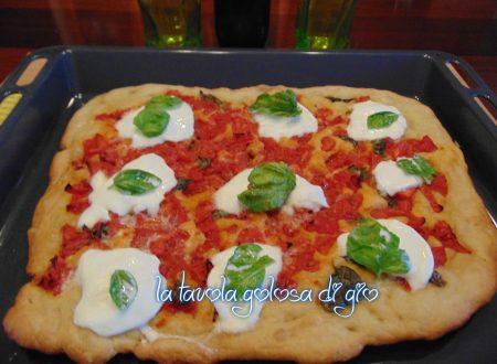 Pizza con mozzarella di bufala e pomodoro fresco