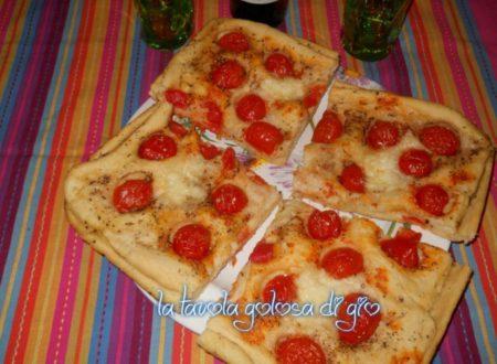 Focaccia saporita con pomodorini e origano