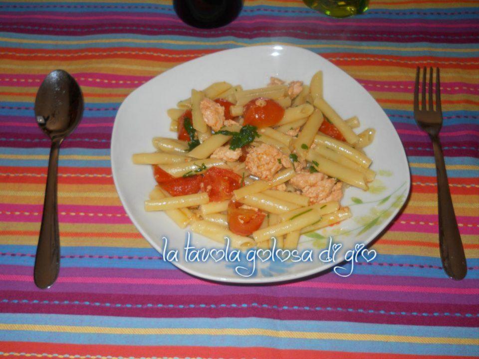 Pasta con pomodori e salmone fresco