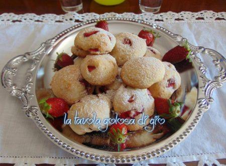 Biscotti con pezzi di fragole e ricotta
