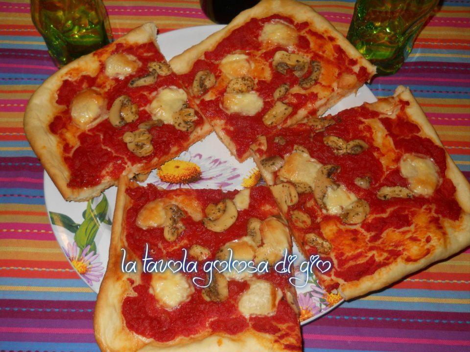 Pizza Morbida con Funghi e Provola