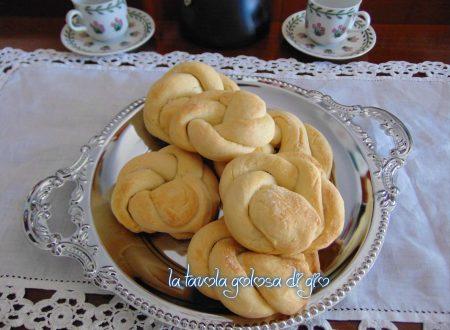 Biscotti di ricotta intrecciati con zucchero