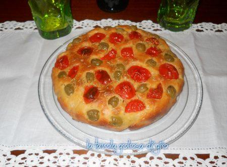 Focaccia con olive e pomodorini soffice
