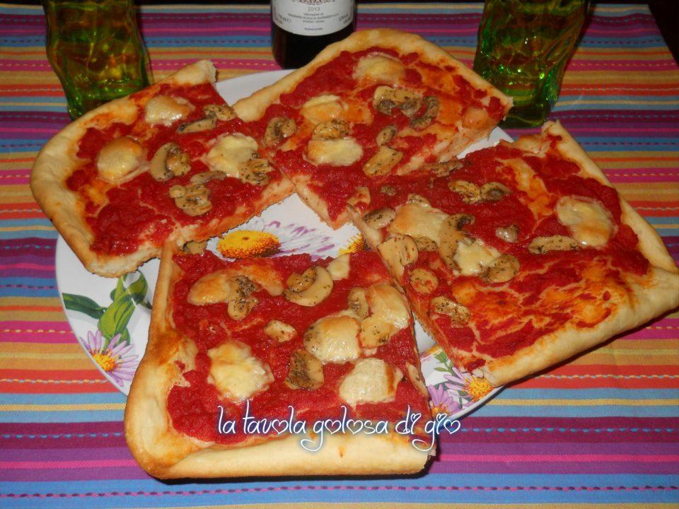 Pizza a Tranci con Provola e Funghi