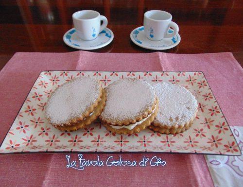 Biscotti ripieni con crema al latte e cocco