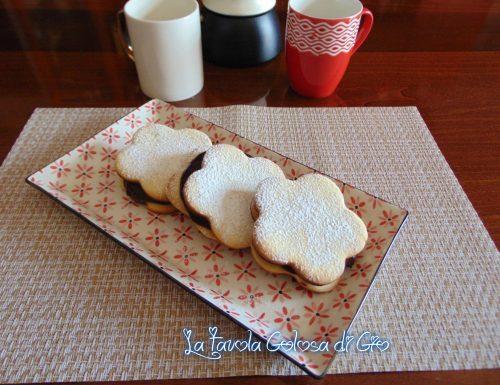 Fior di biscotti ripieni di cioccolato