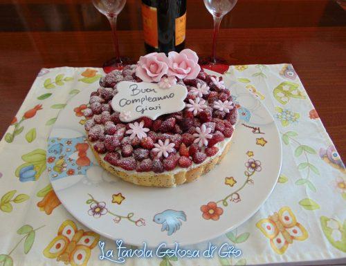 Torta di compleanno con panna e fragoline