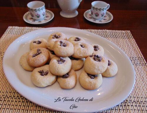 Biscotti dolci allo yogurt e gocce di cioccolato
