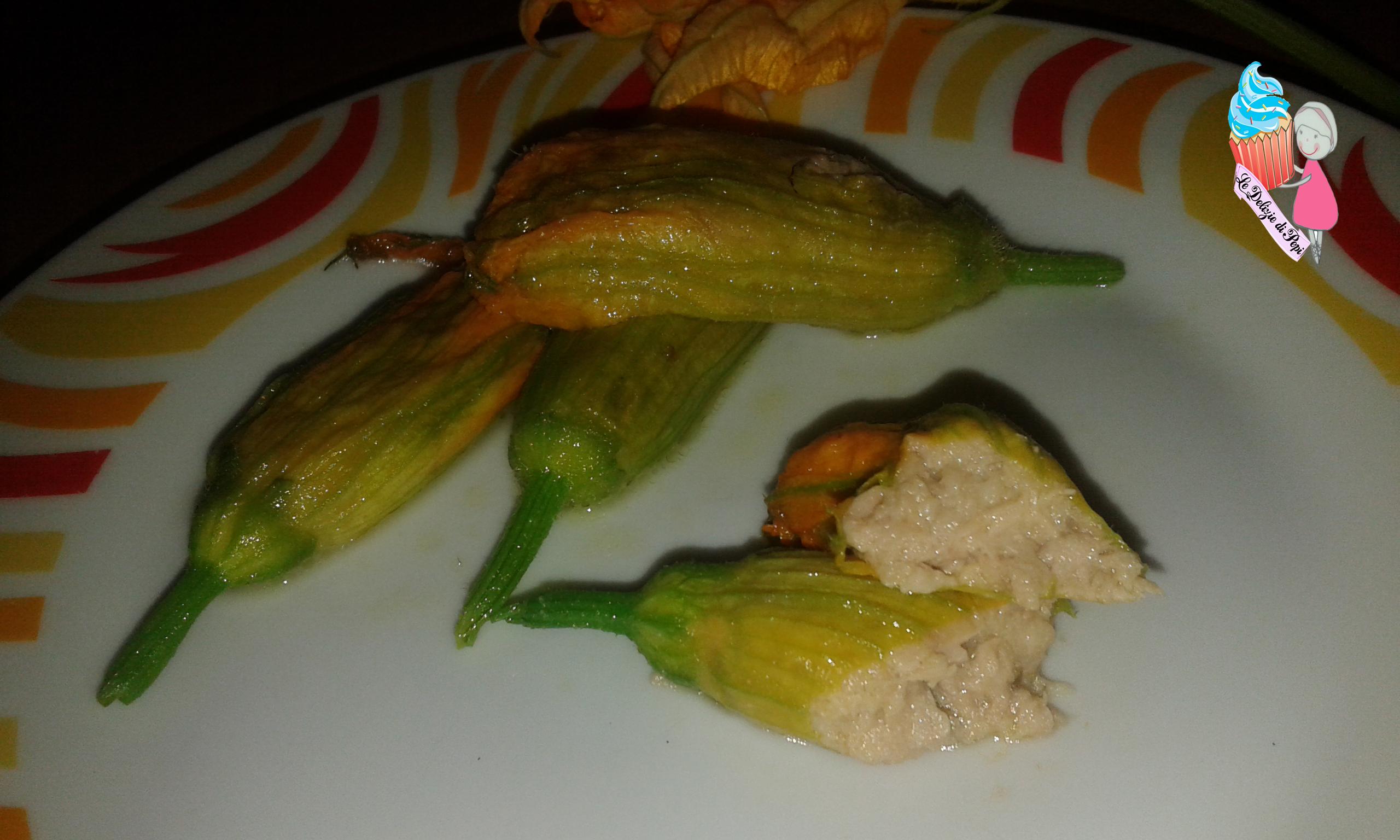 Fiori di zucca ripieni di tonno e mozzarella