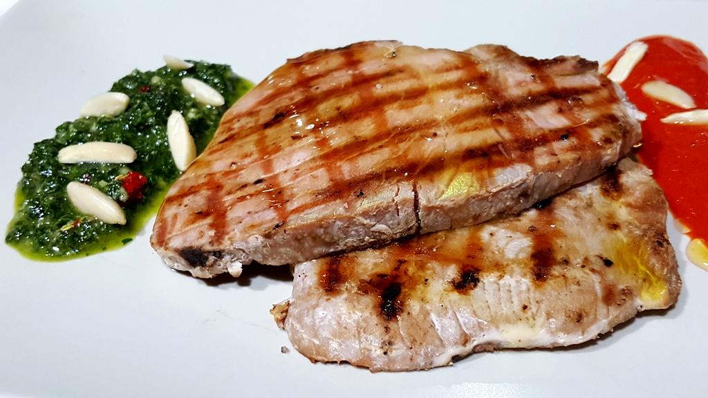 Filetti di tonno grigliati con salsa di prezzemolo e peperone