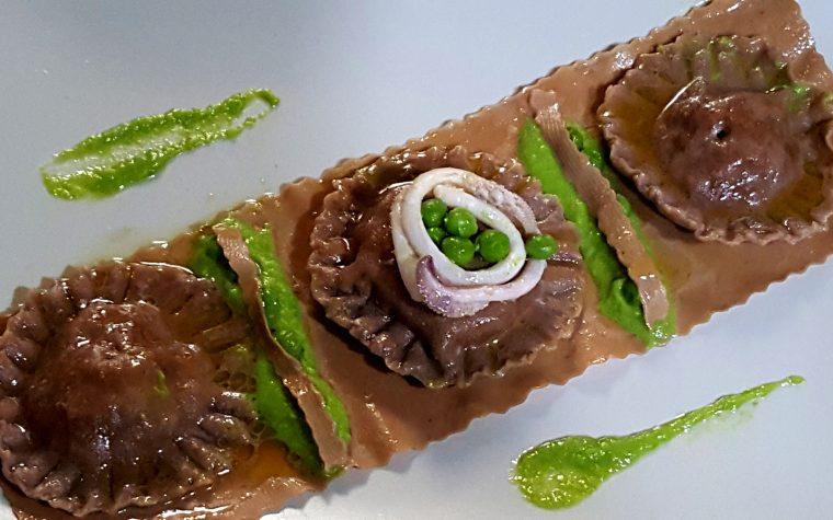 Ravioloni di pasta al cioccolato ripieni di seppie