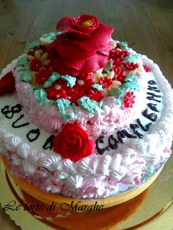 Torta di compleanno con rose in pasta di zucchero
