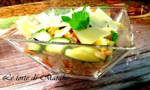 Insalata di orzo con zucchine e pomodori