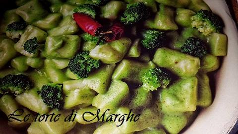 Gnocchi con crema di broccoletti pinoli.