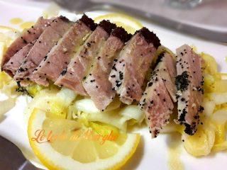 Trancio di tonno su letto insalata