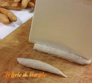 Straccetti di pasta fritta salata per aperitivo
